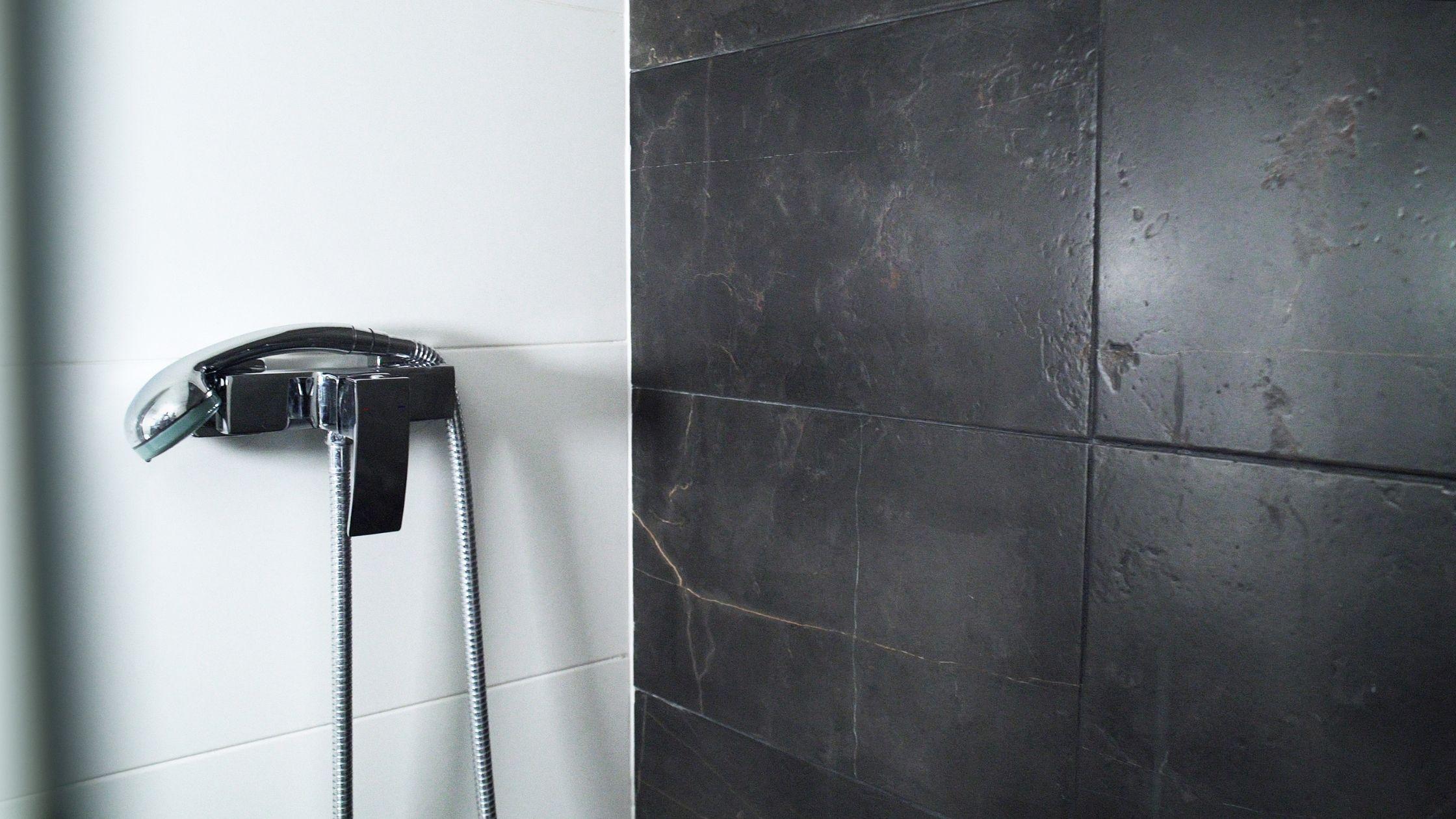 Mármol negro para el baño, una tendencia creciente